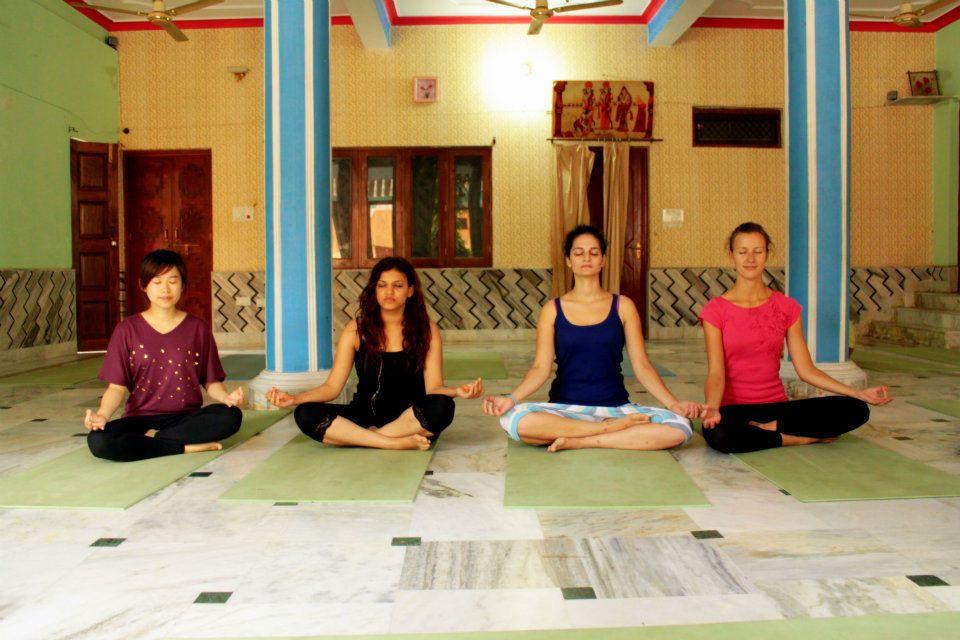 Morgendliche Yoga Session im Ashram.