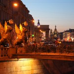 Bankbrücke mit Bluterlöserkirche bei Nacht