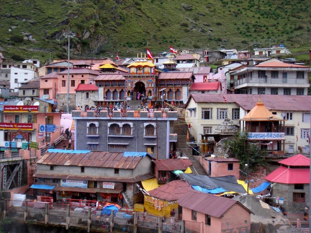 Badrinath: Eiskaltes Bergdorf und Pilgerstädte im indischen Himalaya.