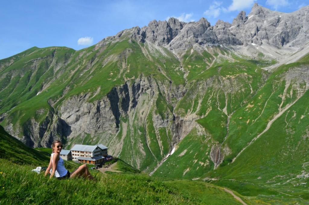 Blick auf die Kemptner Hütte, umrandet von einem fantastischen Wohlfühl-Bergpanorama.