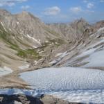 Blick vom Leiterjöchl auf die schneebedeckten Alpen.