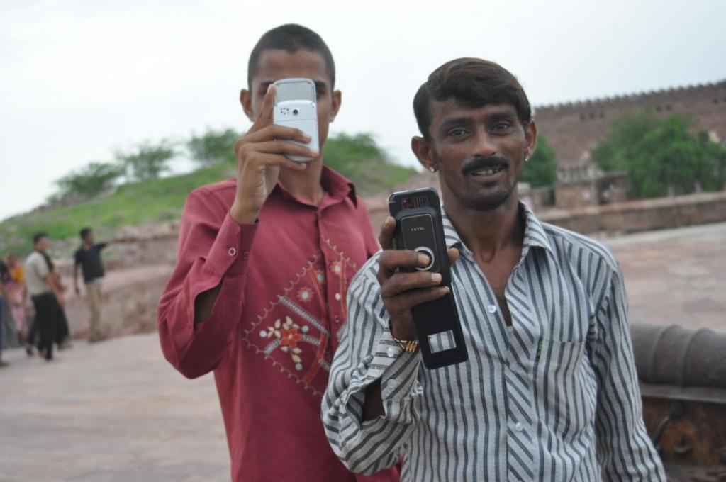 In Indien wird jeder westliche Tourist zum begehrten Fotomotiv. Nett lächeln und winken bitte!