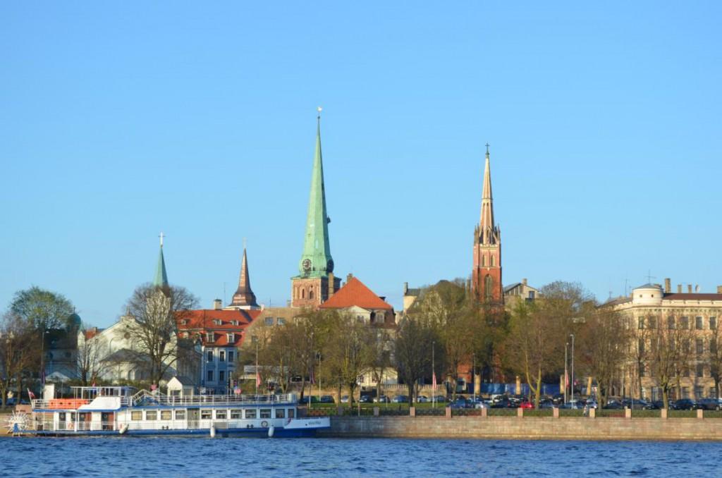 Riga bei Sonnenuntergang: Eine Bootsfahrt entlang dem Ufer.