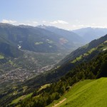 Blick ins Tal und auf Apfelplantagen vom Meraner Höhenweg.