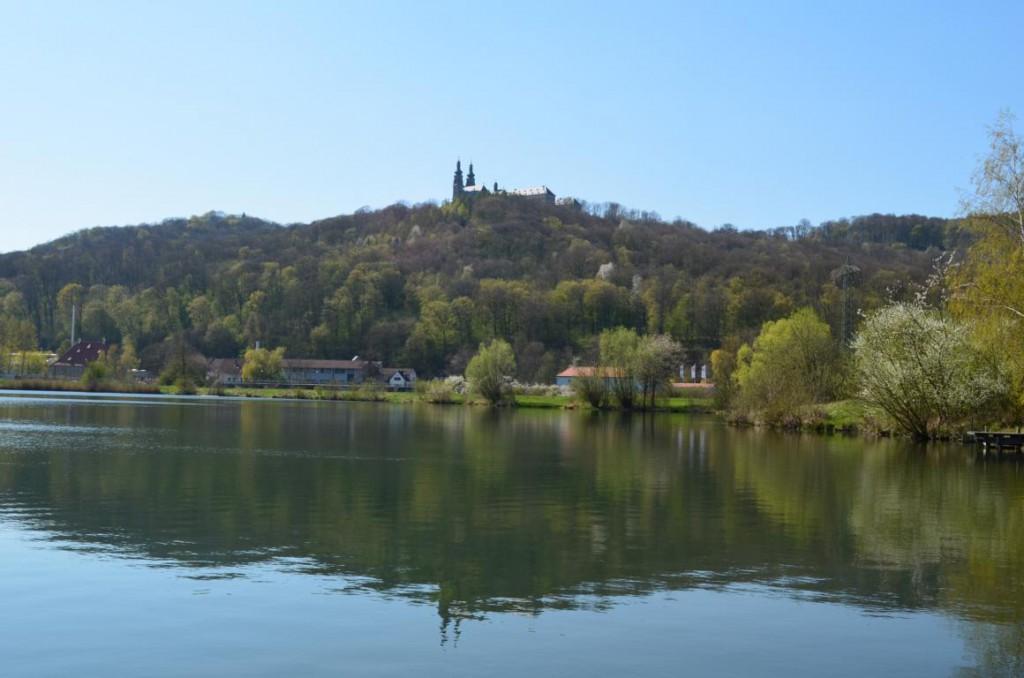 Über dem Baggersee thront das Kloster Banz - einmal tief Luft holen und hinauf!