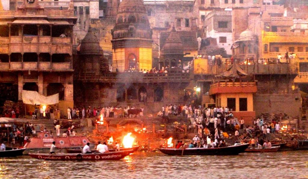 Lodernde Flammen am Ganges Ufer: Verbrennungs-Ghats in Varanasi