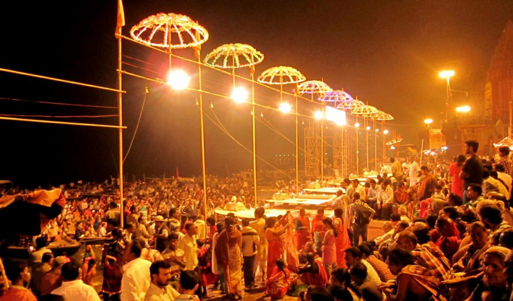 Jeden Abend nach Sonnenuntergang findet in Varanasi eine Zeremonie zu Ehren Shivas statt.