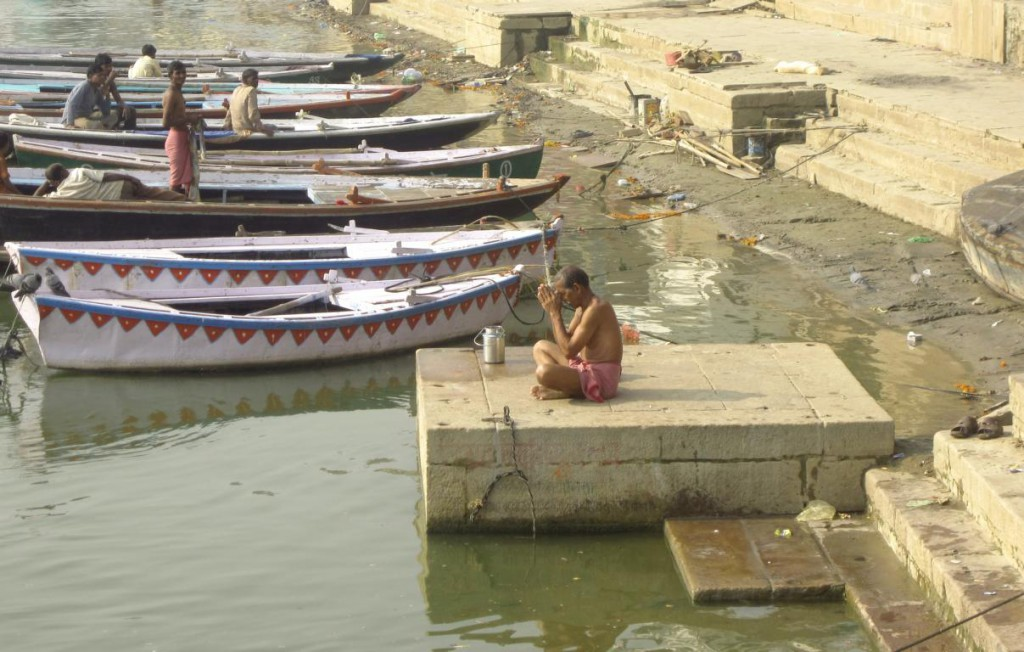 Betender Hindu am Ganges in Varanasi