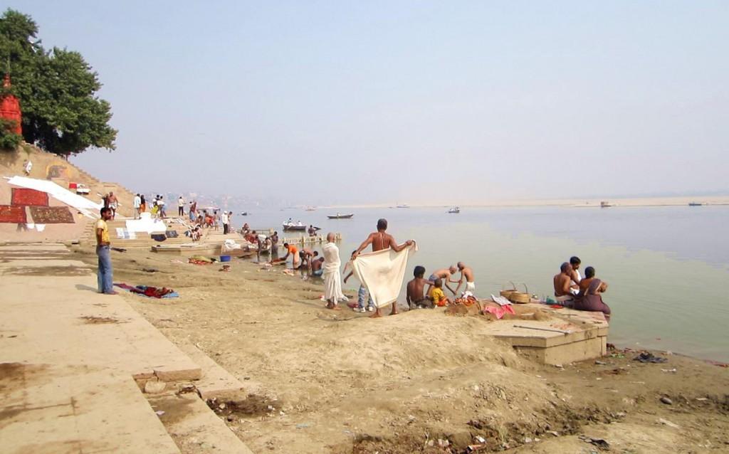 Die Bade-Ghats: Hier waschen sich Hindus im heiligen Ganges von ihren Sünden rein.