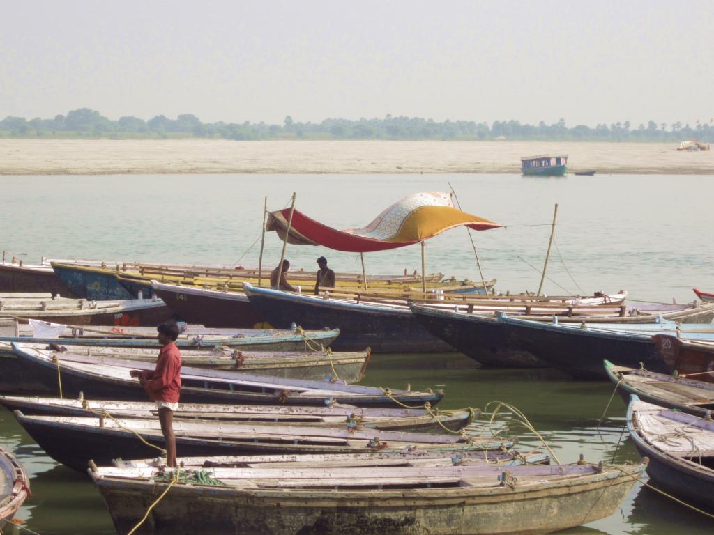 Kinder, Schwangere und Geistige werden in Varansi nicht verbrannt, sondern vom Boot aus im Ganges beigesetzt.