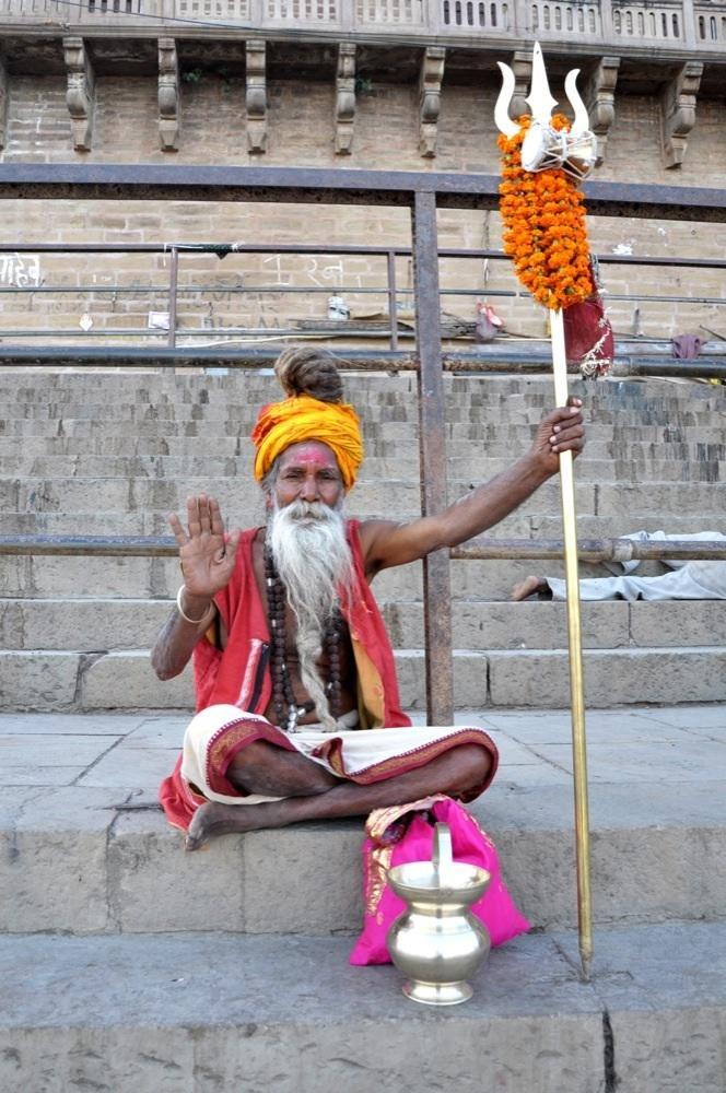 Saddhu in Varanasi: Gib ihm Geld, denn er gilt als heilig?