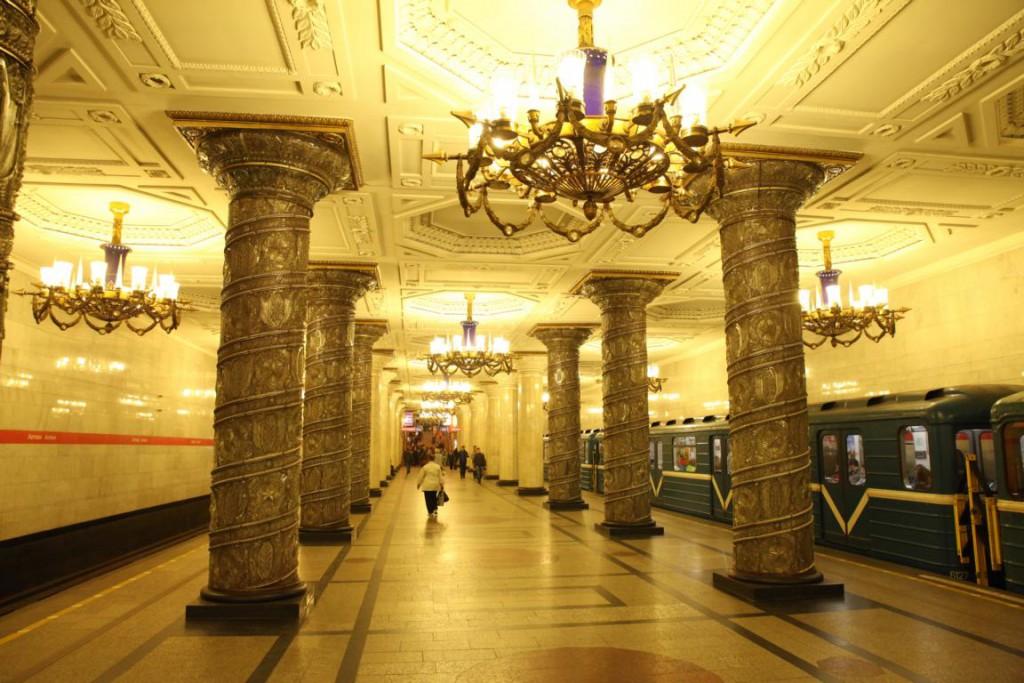 Kronleuchter und kunstvolle Säulen schmücken die Metro-Station Awtowo.
