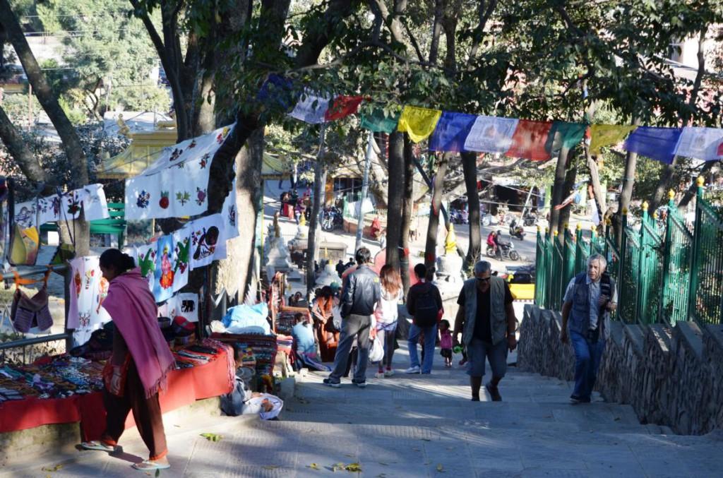 Aufstieg zum Swayambunath: Hier finden Backpacker tolle Reisesouvenirs!