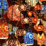 Typisches Bild auf Istanbuls Märkten: Orientalische Lampen