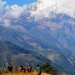 Blick auf Berge in Nepal mit Dorfbewohnern im Vordergrund