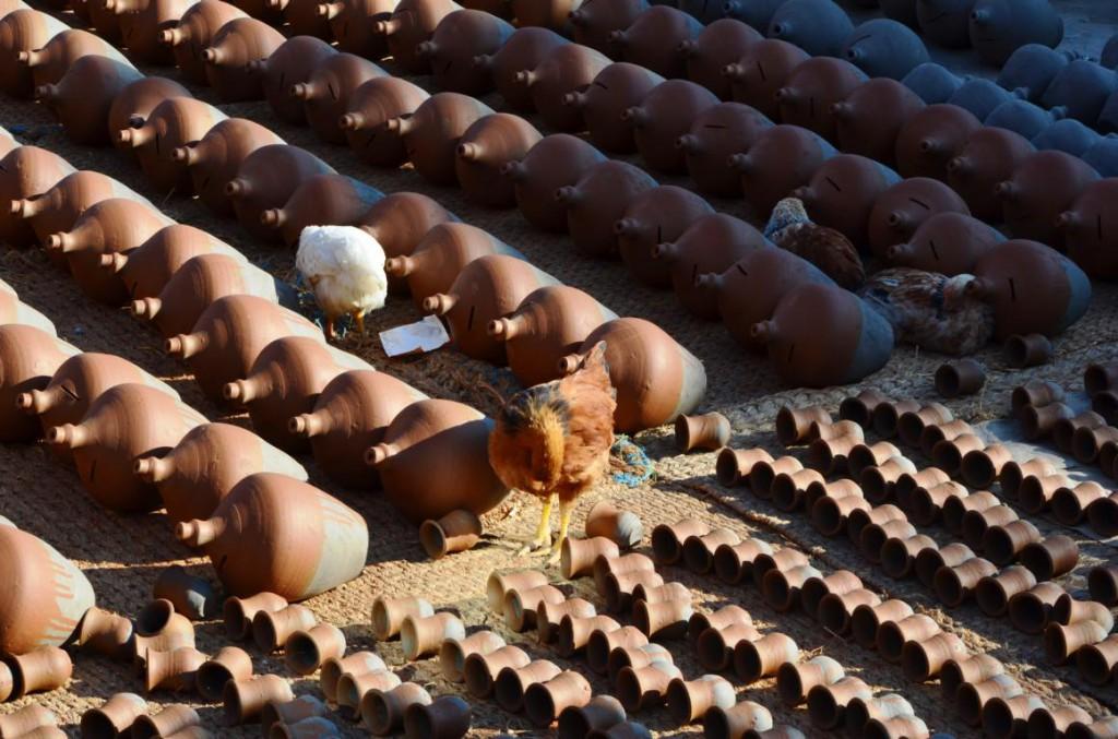 Pottery Square in Bhaktapur: Tonschalen über Tonschalen liegen in der Sonne zum Trocknen
