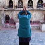 Heiliger Ort: Pilgerin betet an der Boudhanath Stupa