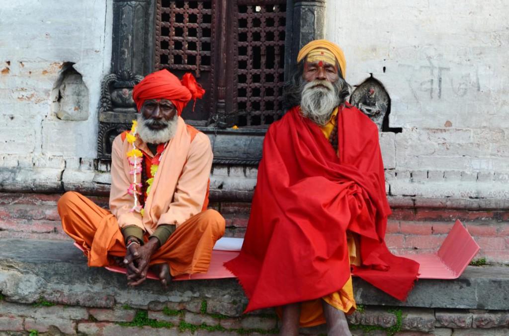 Saddhus in Pashupatinath: Immer in orang, bemalt und mit Dreadlocks.
