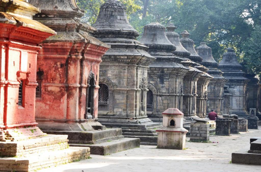 Über den Ghats von Pashupatinath befindet sich eine mystische Tempelanlage.