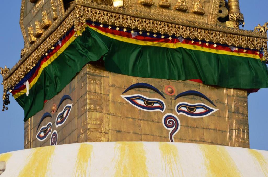Das Buddha Auge von Swayambunath blickt einem beim Aufstieg zum Tempel entgegen.