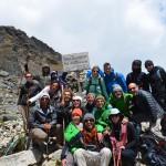 """Wanderguppe """"Pumas"""" mit vereinten Kräften auf dem höchsten Punkt des Salkantay Trail."""