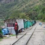 Die letzten Meter zum Machu Picchu führen entlang einer Eisenbahnschiene.