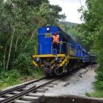 Vorsicht Zug! In regelmäßigen Abständen fährt die peruanische Eisenbahn nach Aguas Calientes.