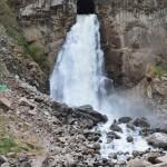 Erfrischender Wasserfall auf dem Weg nach Aguas Calientes.