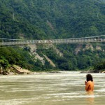 Betender vor der Lakshman Jhula Brücke