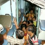 Volles Zugabteil in Indien
