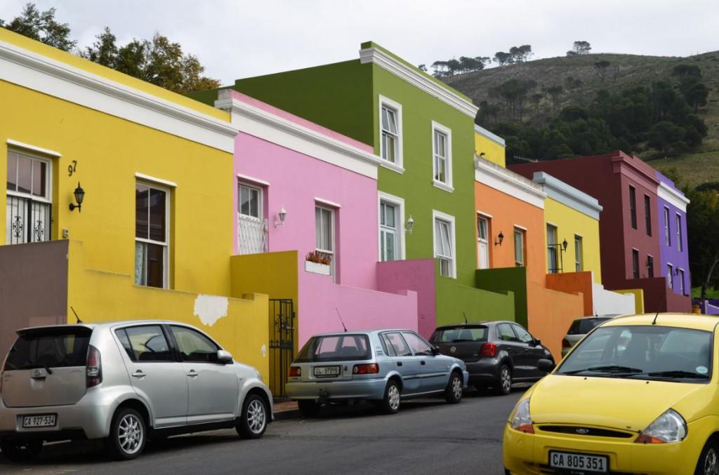 Kunterbunt sind die Häuser im steilen Viertel Bo-Kaap.