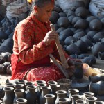 Tonhandel - Marktfrau auf dem Pottery Square in Bhaktapur