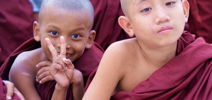 Kleine Mönche an der Shwedagon Pagode
