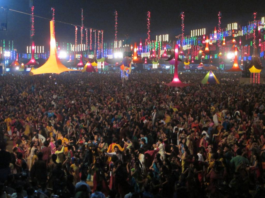 Mehr als 30.000 Menschen besuchen pro Tag das Navratri Festival in Baroda