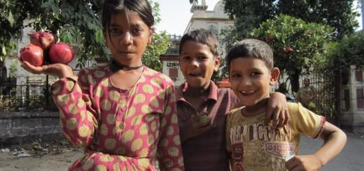 Moped fahren in einer Großstadt, auf der Straße essen oder bettelnden Kinder Geld geben - diese und 11 weitere Dinge solltest du als Backpacker in Indien nicht tun...