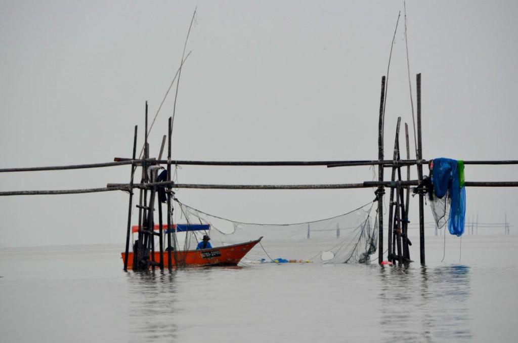 Fischer in Borneo bei der Arbeit auf dem offenen Meer.