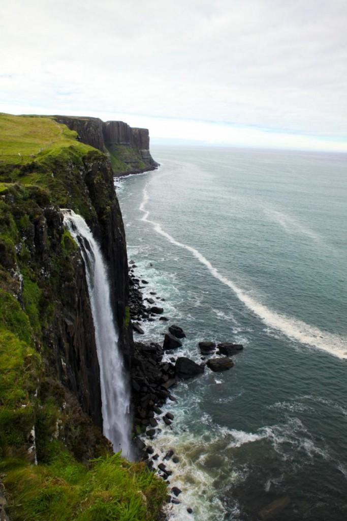 Tosender Wasserfall am Kilt Rock auf der Isle of Skye.