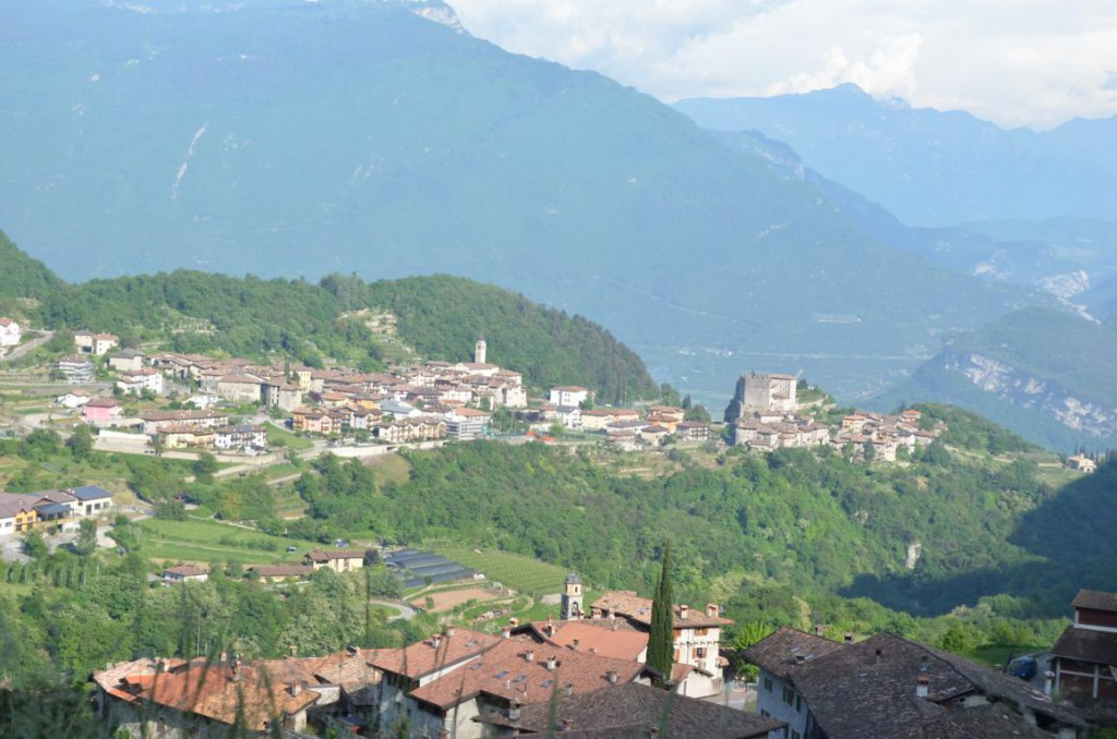 Blick von S. Rocco ins bergige Hinterland des Gardasees: Ein mediteraner Traum!