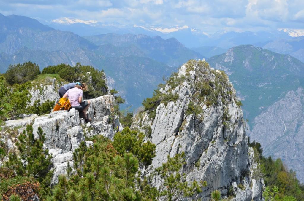 Rast auf dem Colma Berg mit Blick auf die Bergwelt.