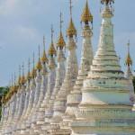 Weiße Pagoden soweit das Auge reicht in Mandalay