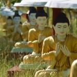 Unscheinbar aber gigantisch: Buddha Feld am Wegesrand in Monywa