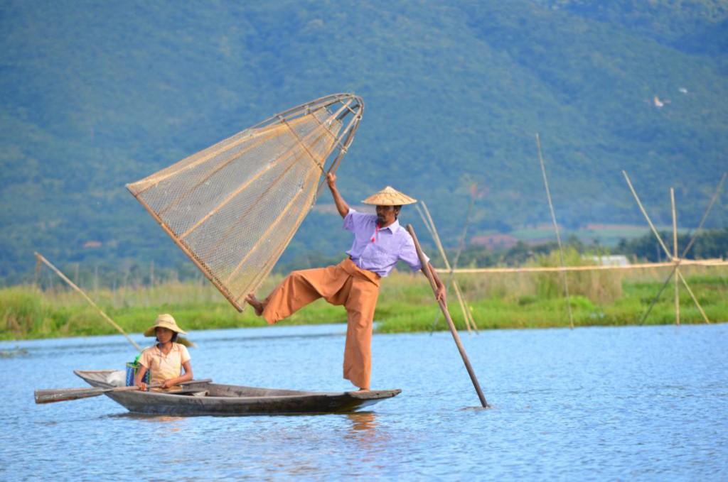Einbeinruderer am Inle See: Fischen mal anders.