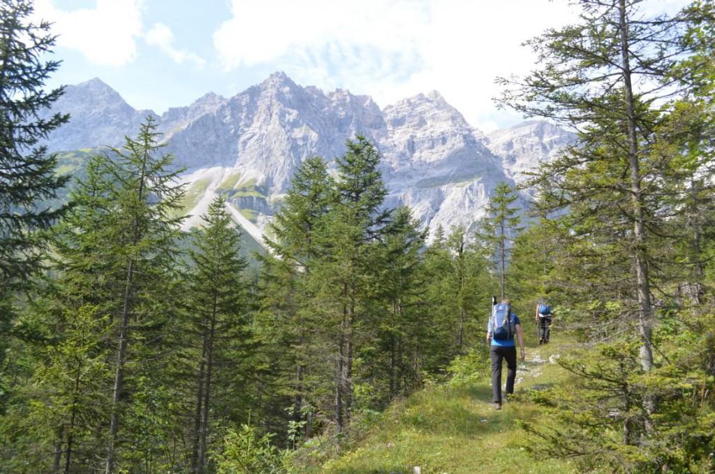 Sanfter Einstieg: Durch Latschen- und Kieferwäldern ins Karwendelgebirge.