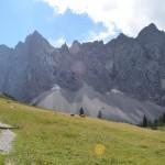 Aufstieg mit Blick auf die Laliderer Wände im Karwendelgebirge.