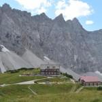 Blick auf die Falkenhütte beim Aufstieg auf dem Mahnkopf während der Hüttenwanderung Karwendel.