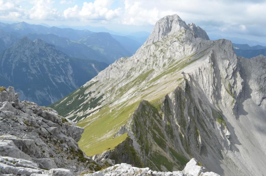 Blick vom Gipfelplateau des Steinfalk: Schroffe Felsen und tiefe Schluchten im Karwendelgebirge.