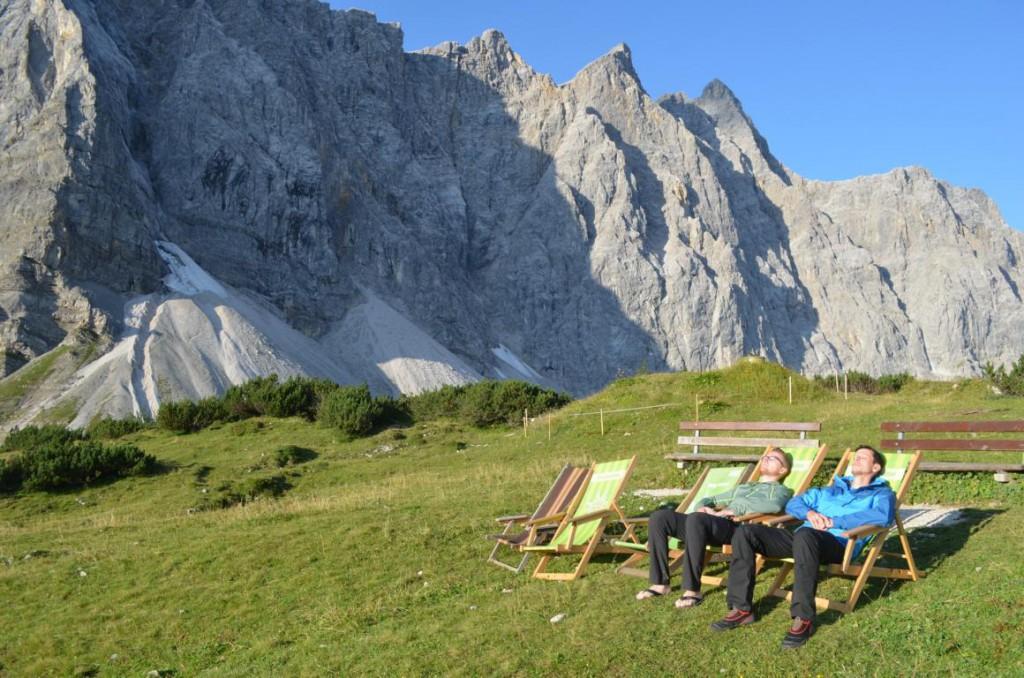 Das Leben auf der Alm könnte schlimmer sein: Morgendliche Routenplanung im Alpenpanorama.