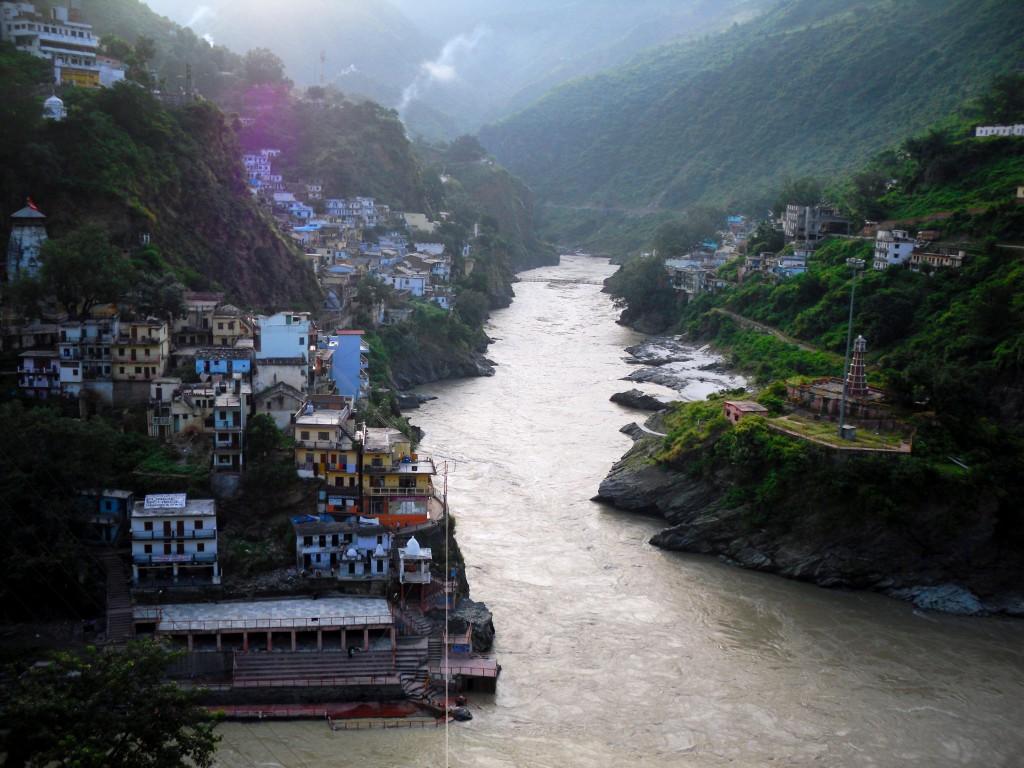 Indischer Himalaya: Eine kurvenreiche Fahrt durch Bergdörfer und Schluchten.v
