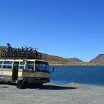 Minivan samt Mountainbikes auf dem La Cumbre Pass.