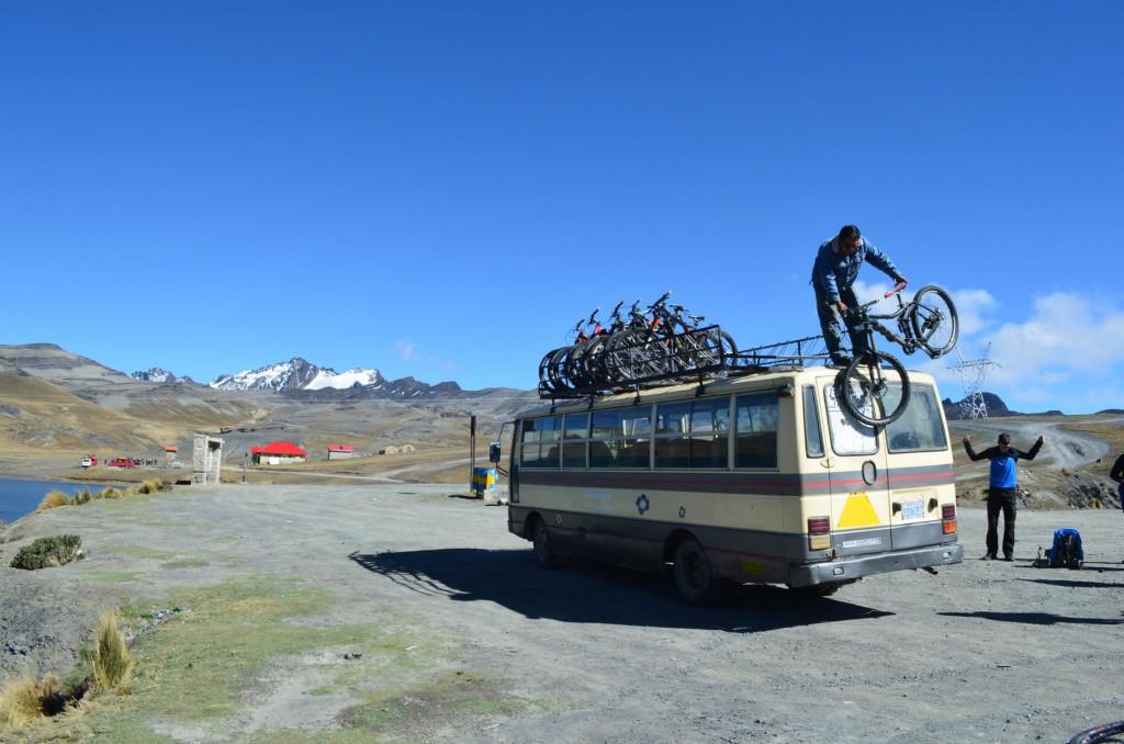 Abladen der Mountainbikes auf dem La Chumbre Pass bei Eiseskälte.
